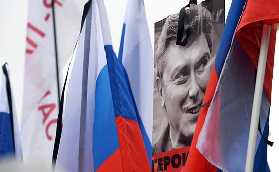 Плакаты и флаги участников траурного марша в Москве в память о политике Борисе Немцове