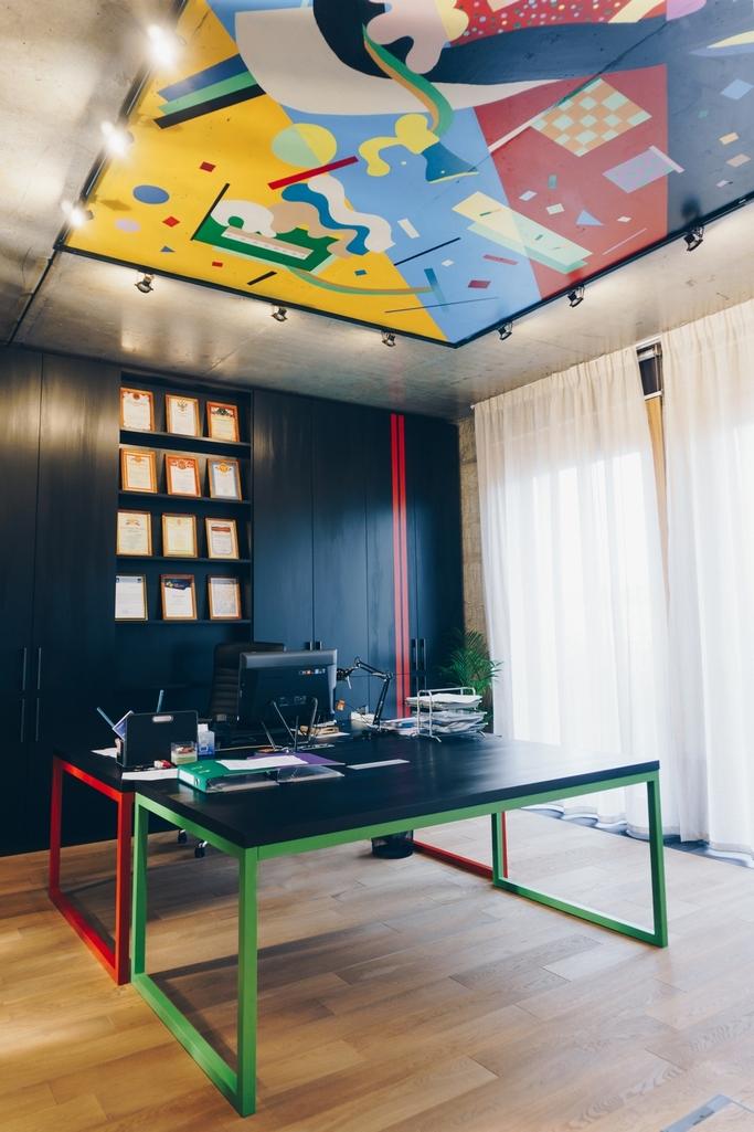 Заказчик хотел какможно быстрее завершить отделку ивъехать вновый офис, поэтому архитекторы подчеркнули естественную красоту бетонных перегородок иперекрытий: стены ипотолок лишьпокрыли лаком, чтобыакцентировать фактуру бетона исделать материал безопасным