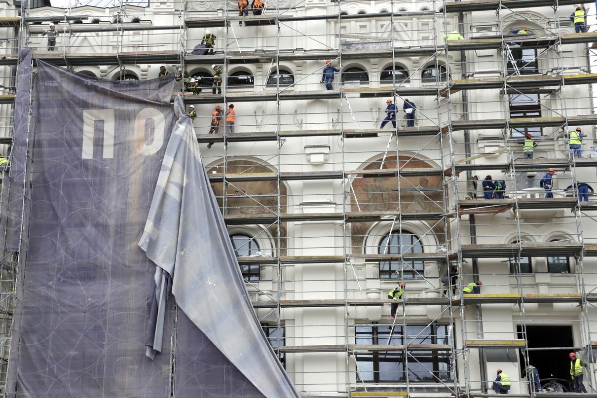Вид на отреставрированные фасадные панно «Рабочая семья» и «В кузнице»