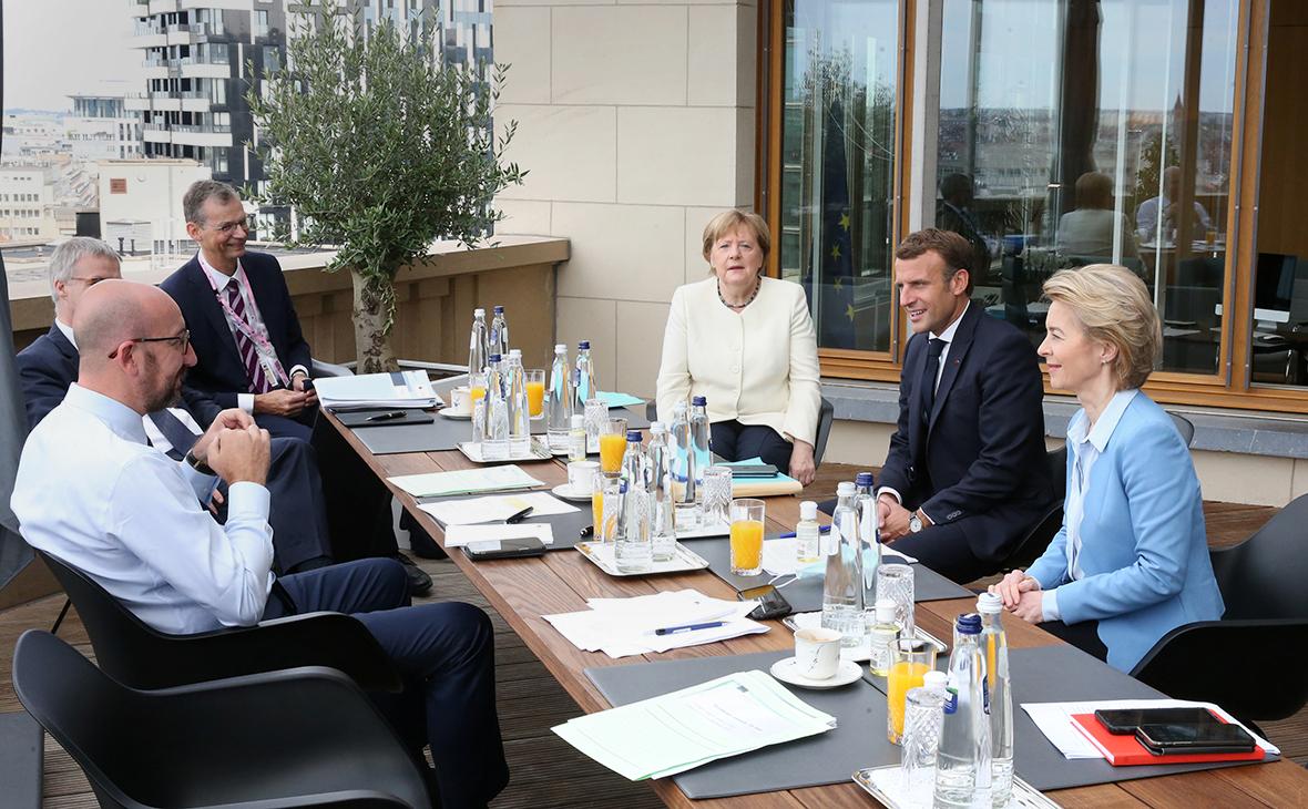 Шарль Мишель (слева), канцлер Германии Ангела Меркель,Эмманюэль Макрони президент Европейской комиссии Урсула фон дер Лейен (справа)