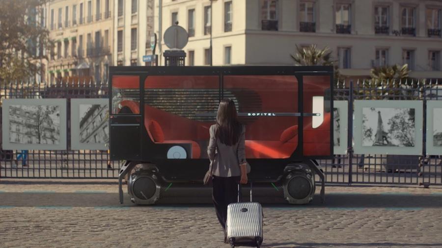 Надстройка Sofitel En Voyage похожа на гостиную отеля и предлагает пассажирам высокий уровень комфорта,— в кабине расположен бархатный диван, а в столик встроен бар с напитками и закусками. Багаж помещается в специальное отделение, а на LED-дисплее транслируются последние новости, погода и информация о поездке. В Sofitel En Voyage также имеется качественная звуковая система, настраиваемое освещение и планшет для проведения видеоконференций.