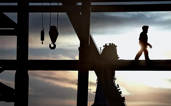Рабочий на мобильной башне обслуживания стартового комплекса космодрома Восточный