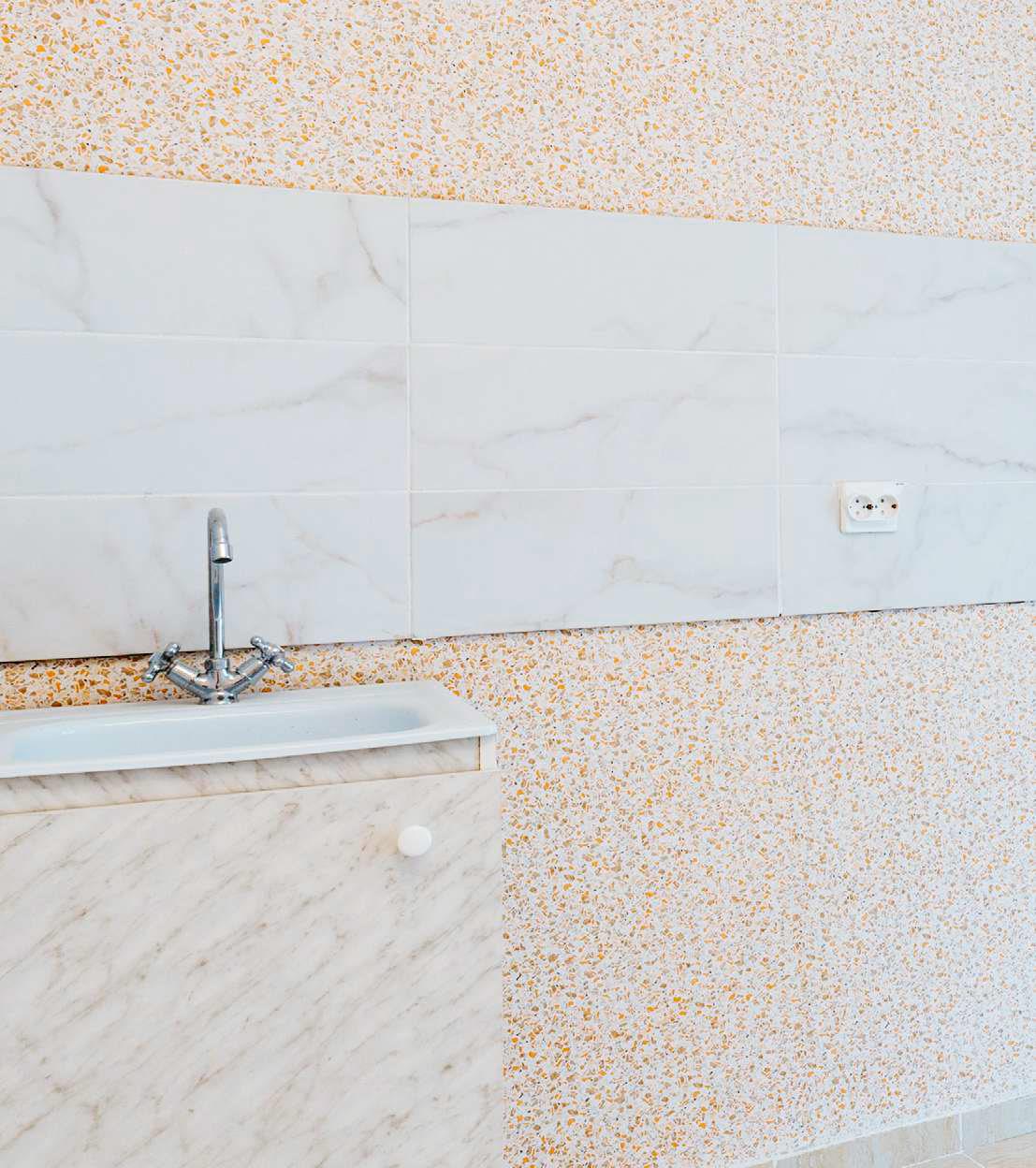 В отделке кухонной зоны — обои светлых тонов свозможностью окрашивания ифартук изкерамической плитки. Пол кухни застелен износостойким линолеумом