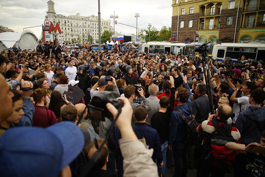 Участники акции протеста возле станции метро Пушкинская. 12 июня 2017 года