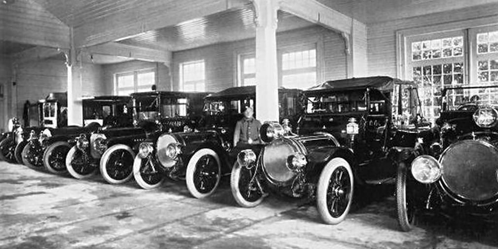 Гараж – 240 руб. в год  Хранить автомобиль можно было и в сарае, но это не давало ни удобств при облуживании, ни гарантий против пожара. Николай Кузнецов считал, что оптимальным для современного автомобиля будет помещение 6х4х3 м с бетонным или асфальтовым полом. Обычно автовладельцы арендовали «отдельное стойло» в многоместном гараже.