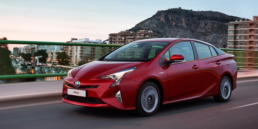 Toyota Prius Продано в феврале: 1 автомобиль  В феврале Toyota заявила о возобновлении поставок на российский рынок гибридов Prius, теперь уже нового поколения и с системой ЭРА-ГЛОНАСС. Бензин-электрическая установка хэтчбека развивает 122 л.с., а средний расход бензина заявлен на уровне 3,5 л на 100 км пути. Российские версии оснащаются морозостойкой никель-металл-гидридной батареей и стоят 2 112 тысяч рублей. В феврале в статистику AEB попал один гибрид.
