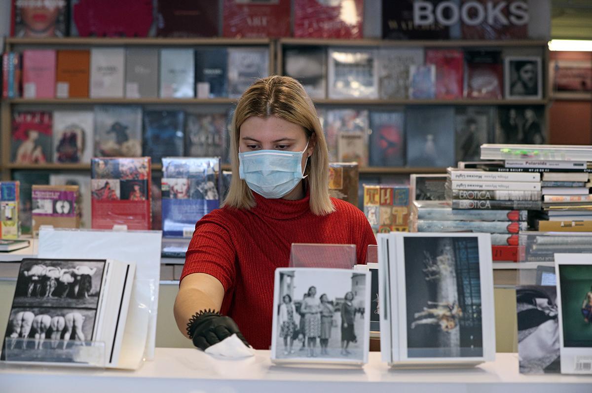 Профилактическая дезинфекция в магазине при Центре фотографии имени братьев Люмьер во время пандемии коронавируса COVID-19