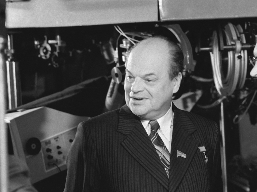 Академик Николай Басов у лазерной термоядерной установки «Дельфин-1», 1981 год