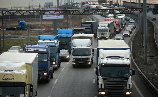 Колонна дальнобойщиков на подъезде кСанкт-Петербургу