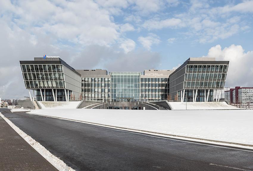 Бизнес-центр Comcity находится на Киевском шоссе в пешей доступности от станции метро «Румянцево»