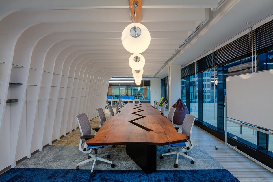 Для матирования стеклянных перегородок архитекторы использовали солнцезащитную пленку, которую применяют для иллюминаторов яхт