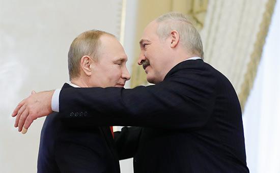 Владимир Путин и Александр Лукашенко (слева направо) во время встречи в Константиновском дворце