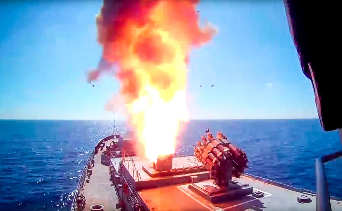 Пуск крылатых ракет «Калибр» с фрегата «Адмирал Эссен»