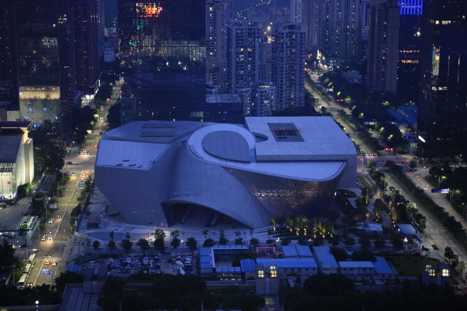 Museum of Contemporary Art & Planning Exhibition находится вШэньчжэне—одном изкрупнейших мегаполисов Китая снаселением в11 млн человек. За последний год цены нажилье вэтом городе выросли на52%