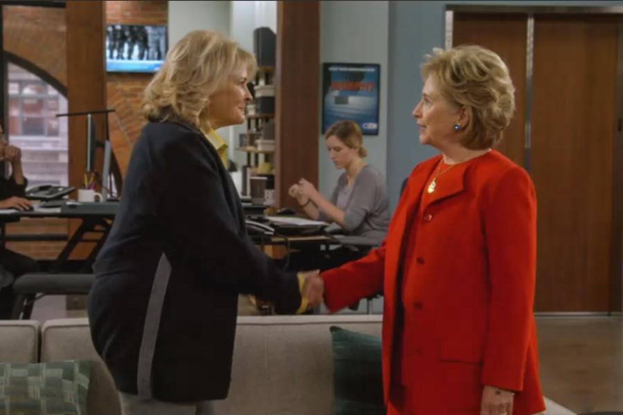 Хиллари Клинтон появилась в обновленном ситкоме «Мерфи Браун» (до перезапуска в 2018 сериал выходил на CBS с 1988 по 1998 год. — РБК) в образе женщины, которая устраивается секретарем на телеканал. Героиня жалуется, что ее все время путают с политиком с такимже именем. На собеседовании на отмечает, что «точно умеет обращаться с электронной почтой».  Это уже не первое появление Хиллари Клинтон на телевидении. В 2015 году, будучи кандидатом на пост президента США, она снялась в выпуске шоу Saturday Night Live. Там она сыграла бармена, которой на предвыборную кампанию жалуется Хиллари Клинтон в исполнении Кейт Маккиннон