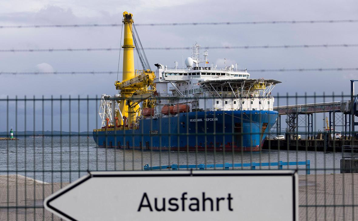 Судно-трубоукладчик «Академик Черский» в порту немецкого города Мукран