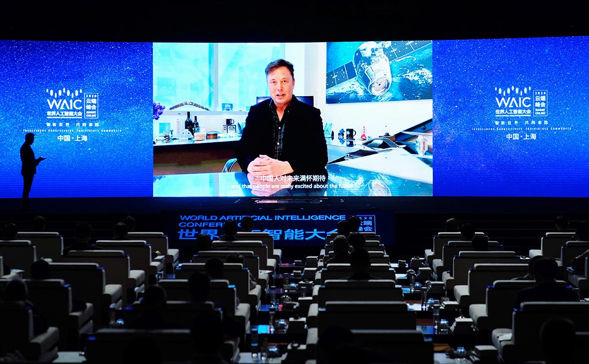 Илон Маск (на экране)