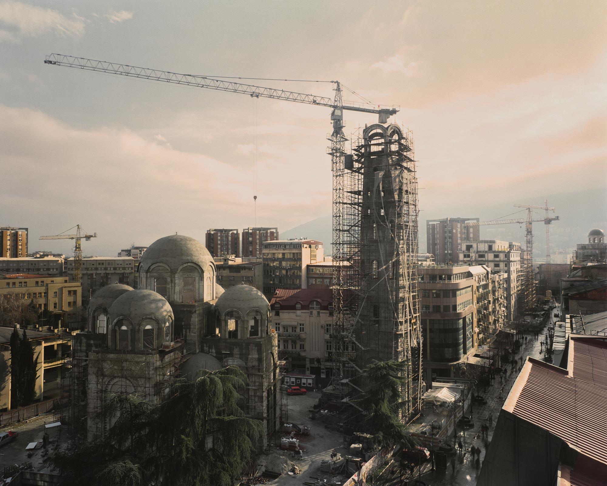 Столица Македонии Скопье неоднократно разрушалась и перестраивалась. В 1963 году землетрясение разрушило 80% города и привело к гибели тысячи человек, еще 200 тыс. остались без крыши над головой. Международное сообщество выразило готовность помочь, но ни один из проектов для Скопье так и не был завершен. Спустя 50 лет консервативное правительство инициировало национальный строительный проект, цель которого возродить ощущение связи с империей Александра Македонского