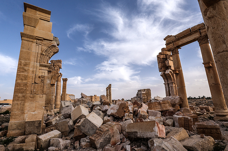 Развалины взорванной Триумфальной арки висторической части города