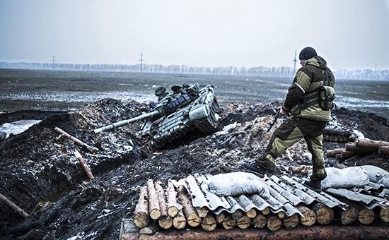 Ополченцы ДНР у захваченного  КПП украинской армии. Архивное фото