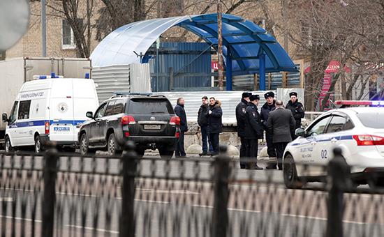 Сотрудники полиции наместе задержания няни, подозреваемой вжестоком убийстве четырехлетнего ребенка, врайоне метро «Октябрьское Поле»