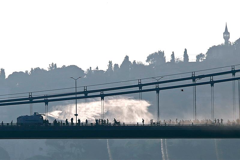 Полиция применяетводомет против мятежных солдат на мосту через Босфор