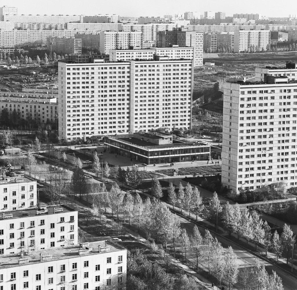 В Москве первые хрущевки появились в экспериментальном районе Новые Черемушки  На фото:улица Обручева в Черемушках,1978 год