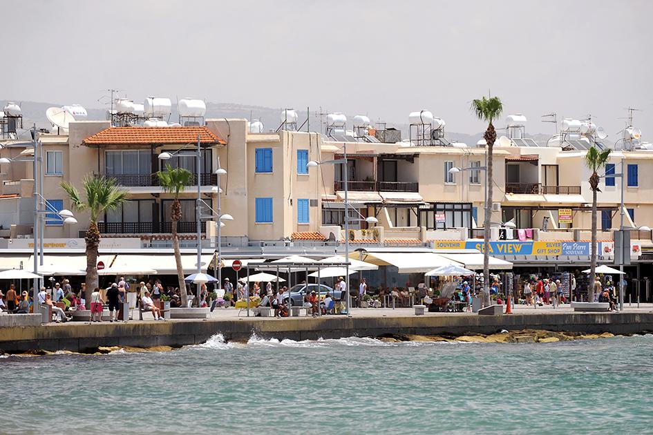 Кипр  На Кипре действуют две программы: коллективные инвестиции и частные, комбинированные.  Порог вхождения: €300 тыс. (без учета НДС)  Что дает: ВНЖ, безвизовый въезд в более чем 157 стран мира  Финансовые условия: заявитель обязан приобрести один или два объекта недвижимости на Кипре общей стоимостью не менее €300 тыс. (без учета НДС). Например, два жилых дома или жилье и офис или магазин. Как минимум €200 тыс. должно быть оплачено на момент подачи заявления.  Одним из условий является наличие постоянного гарантированного годового дохода из-за границы. Доход должен быть не менее €30 тыс. в год и дополнительно €5 тыс. за каждого члена семьи. А также наличие денежных средств, переведенных из-за границы и внесенных на фиксированный депозитный счет в одном из банков Кипра сроком до трех лет. Минимальный депозит — €30 тыс. Для сохранения статуса ВНЖ нужно приезжать на Кипр не менее одного раза в два года