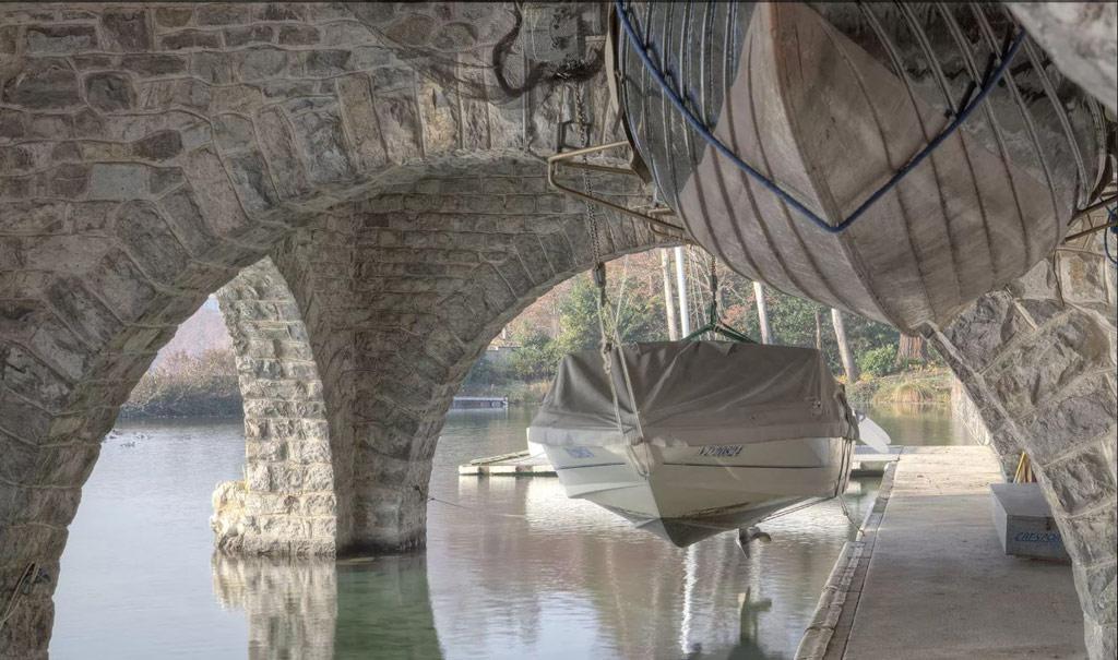 Особняк стоит не просто на берегу, а частично в воде, опираясь на укрепленные каменные арки, в конструкции которых легко узнать опоры Эйфелевой башни