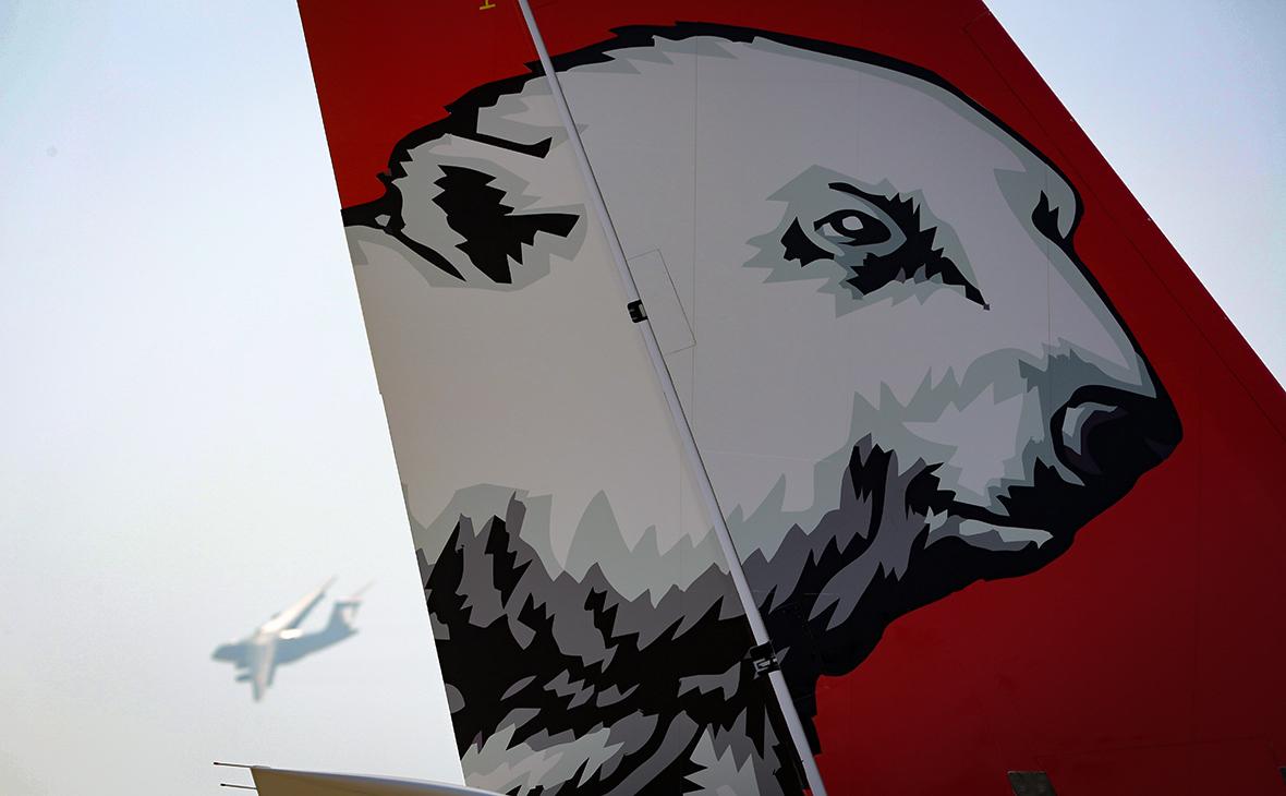 Хвост самолета Sukhoi Superjet 100 (SSJ 100) с логотипом авиакомпании «Ямал»