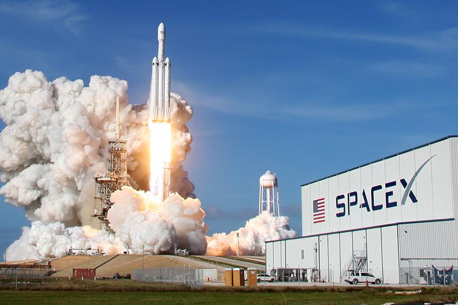 SpaceX Илона Маска — самая известная частная компания среди всех занимающихся ракетостроением и космическими запусками. Свой первый запуск на околоземную орбиту она осуществила в 2008 году. В феврале 2018 года SpaceX запустила к Марсу сверхтяжелую ракету с вишневым автомобилем Tesla Roadster на борту. Одно из главных достижений компании — отработка технологии посадки разгонных блоков на беспилотные платформы в океане, а затем их повторное использование.  В 2019 году компания планирует осуществить первый испытательный полет космического корабля для экспедиции на Марс. Сейчас на счету компании 54 успешных запуска ракеты Falcon 9 и один запуск тяжелой Falcon Heavy. По оценкам экспертов, компания тратит около $1,25 млрд в год, и, чтобы выйти на самоокупаемость, ей нужно осуществлять минимум 20 коммерческих запусков ежегодно только для того, чтобы покрыть расходы, — именно столько компания провела в 2017 году.