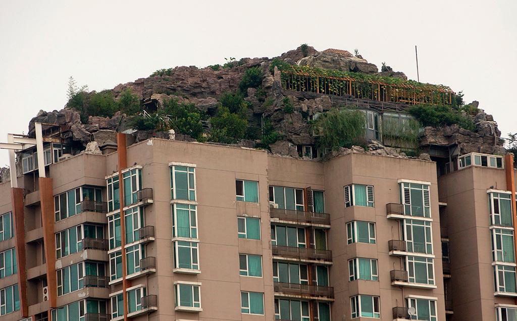 В 2013 году житель Пекина построил на крыше многоквартирного дома виллу. Из-за жалоб жильцов на протечки воды и угрозы обрушения несущих конструкций, виллу пришлось снести