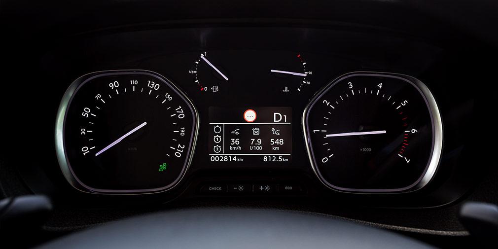 Центральный дисплей приборов у максимальной версии цветной. За доплату предлагается проекционный экран под лобовым стеклом.