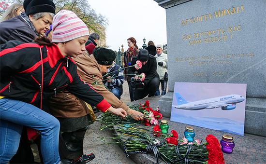 Жители Донецка возлагают цветы впамять опогибших пассажирах самолета A321