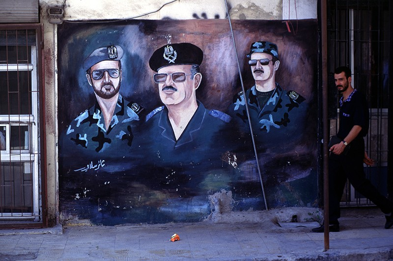Изображение экс-президента Сирии Хафеза Асада с сыновьями Басилем и Башаром