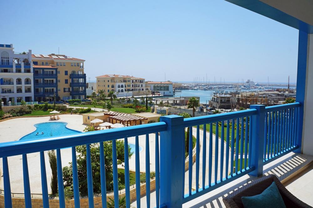Вид с террасы апартаментного комплекса Nereids Residences. На заднем плане: марина и строительство искусственных островов с виллами