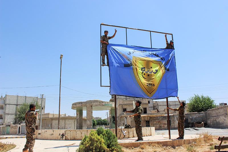 Солдаты «Демократических сил Сирии» в городеМанбидж