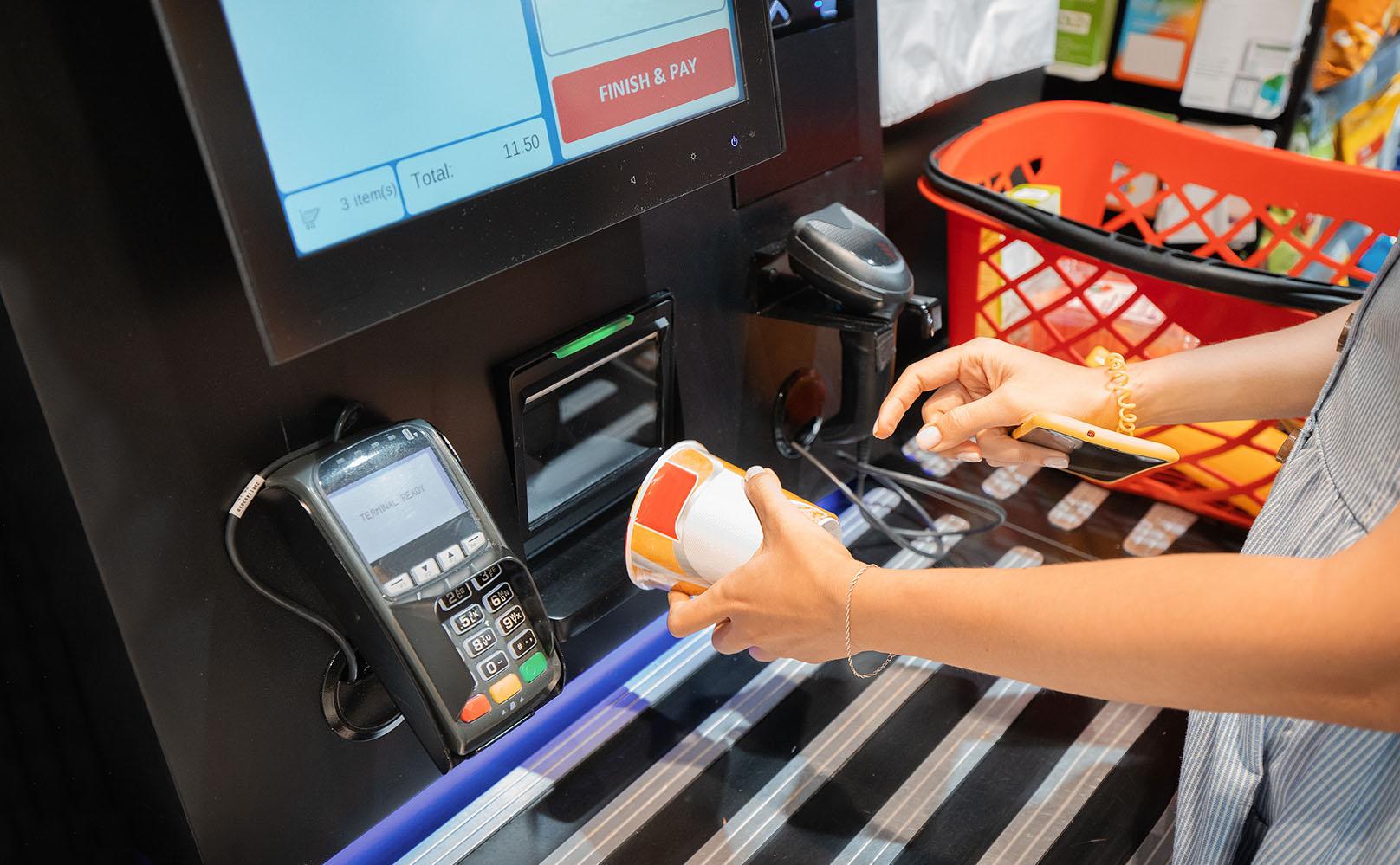 Почему Walmart устанавливает кассы самообслуживания, а IKEA — убирает