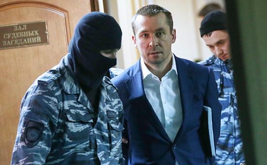 Дмитрий Захарченко (в центре) в Пресненском суде