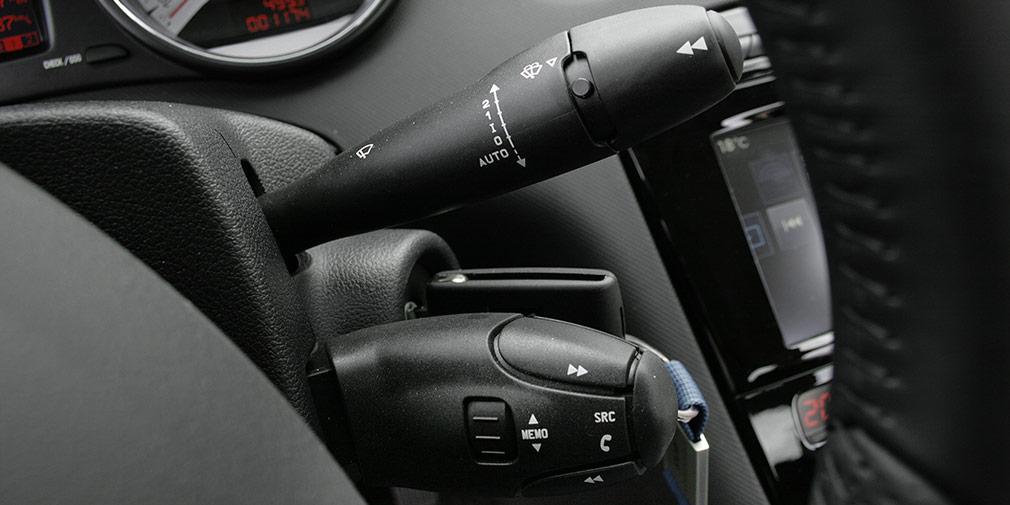 Типичные для автомобилей PSA подрулевые пульты требуют привыкания.