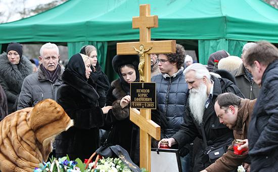 Дина и Антон (в центре) на похоронах Бориса Немцова
