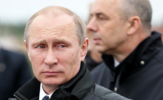 Чтобы выполнить поручение Владимира Путина и сохранить бюджетный дефицит ниже 3%, министру финансов Антону Силуанову (справа) придется искать новые источники доходов