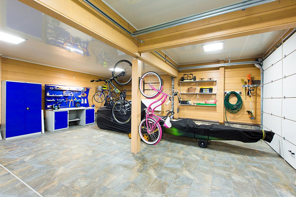 На фото: гаражный комплекс приспособлен дляхранения сезонных вещей