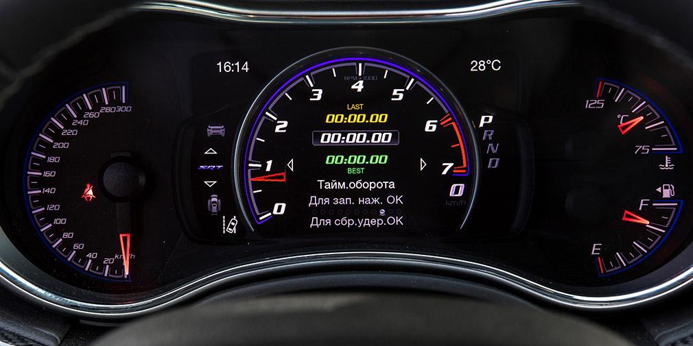 На панель приборов среди прочего можно вывести схему продольных и поперечных ускорений или таймер прохождения круга.
