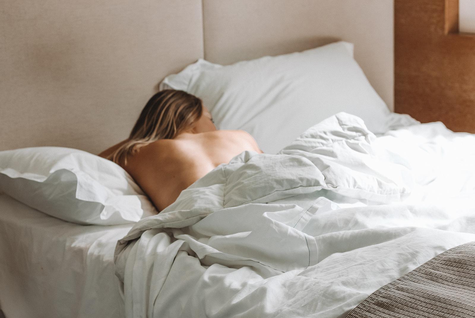 фотки спящих девушек голые