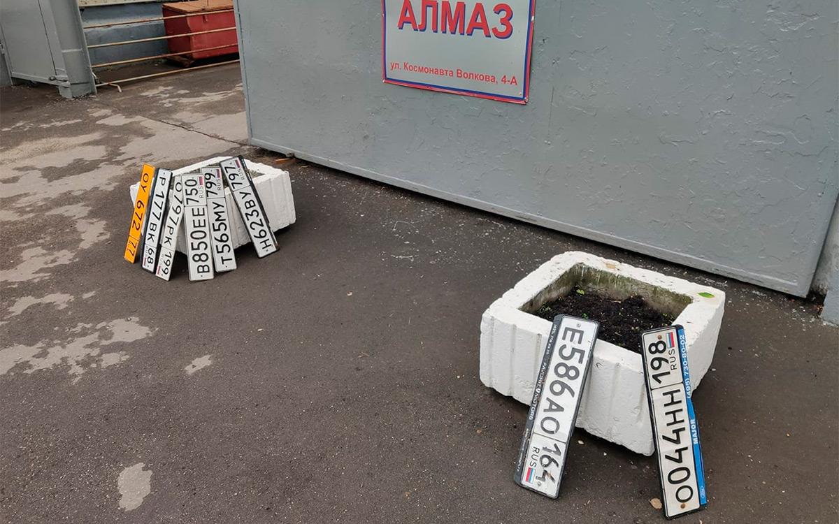 <p>Оторванные номера на улице Космонавта Волкова, 4.</p>