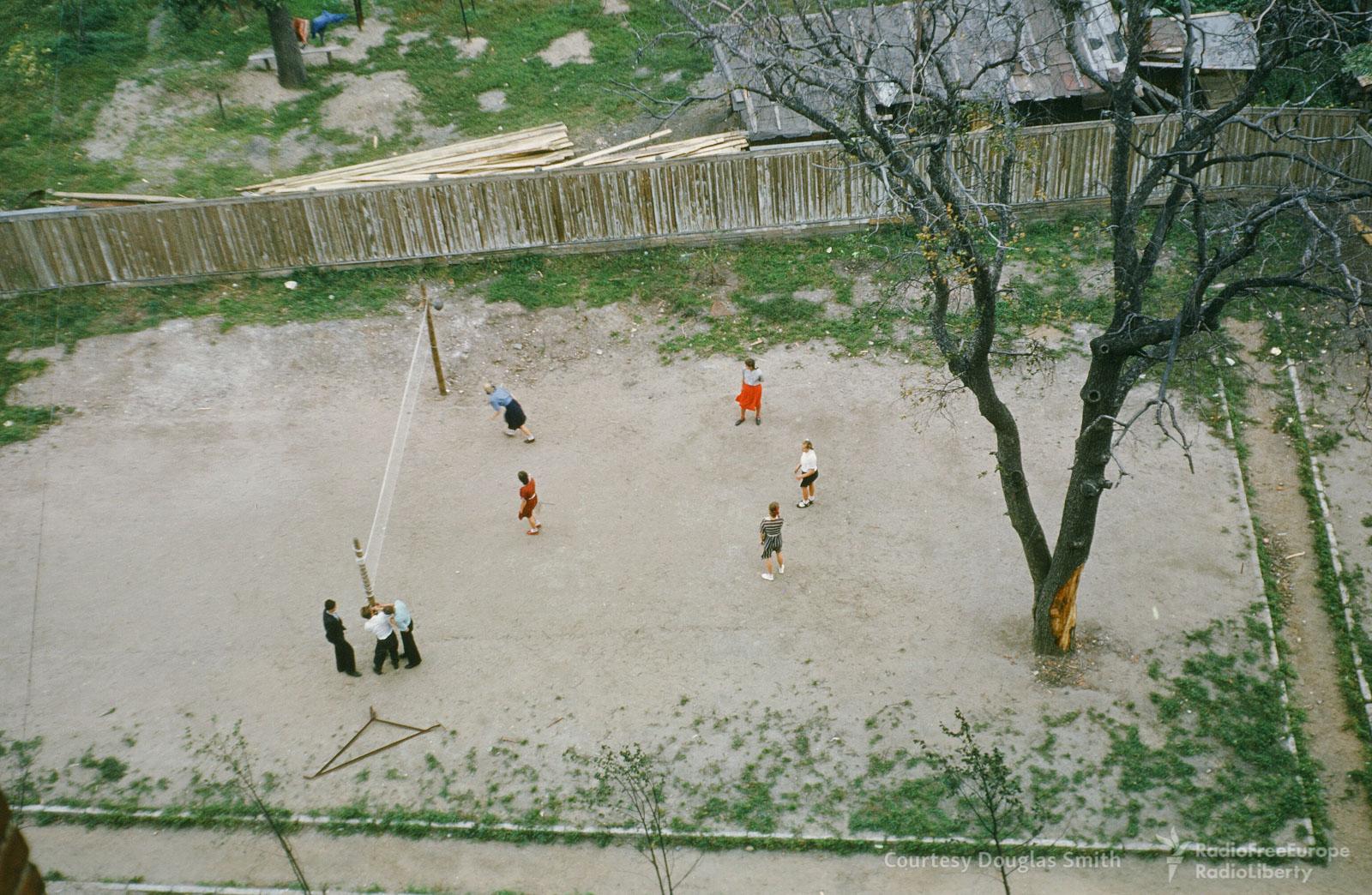 Дети играют вволейбол водворе вТаганском районе Москвы