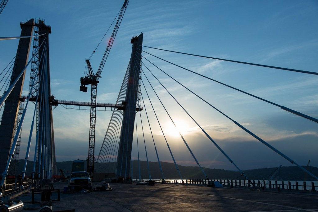 Всего на данный момент на возведение нового моста потрачено 110 тыс. т стали и около 252 куб. м бетона, в том числе 6 тыс. заранее отлитых бетонных плит
