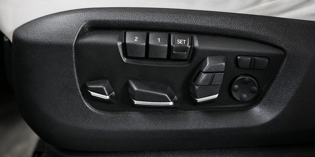 Клавиши управления памятью сидения по-баварски расположены на торце кресла.