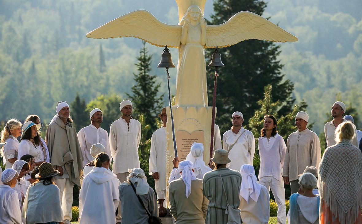 Последователи «Церкви последнего завета» на площади Ангелов в поселении «Обитель Рассвета»